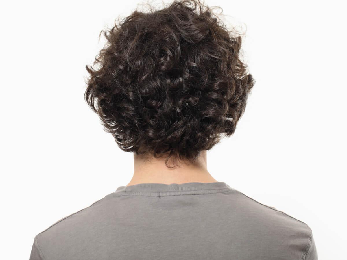 髪の毛がチリチリ…なぜ?頑固なくせ毛やうねり毛の原因と解消方法のサムネイル