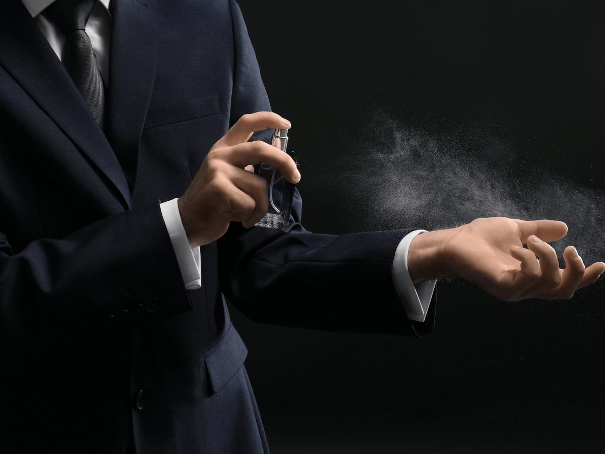 自然に香らせる男性の香水の正しい付け方&いい匂いの…のサムネイル